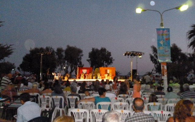 The Day of Tomato Festival in the center of the village begins with national greek songs and dances and finishes wih a small theatrical perfomance.