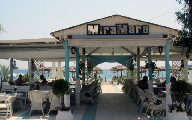Mira Mare beach bar is located in the center of Dionisiou Paralia Beach.